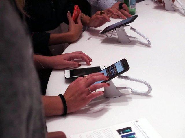 Những chiếc Pixel được gắn dây sạc và bảo vệ giống như rất nhiều store khác. Khách hàng có thể thoải mái trải nghiệm tại đây.