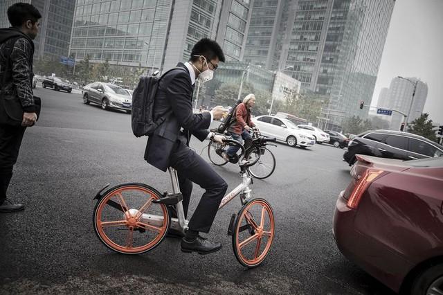 Một người dùng đang sử dụng xe của Mobike