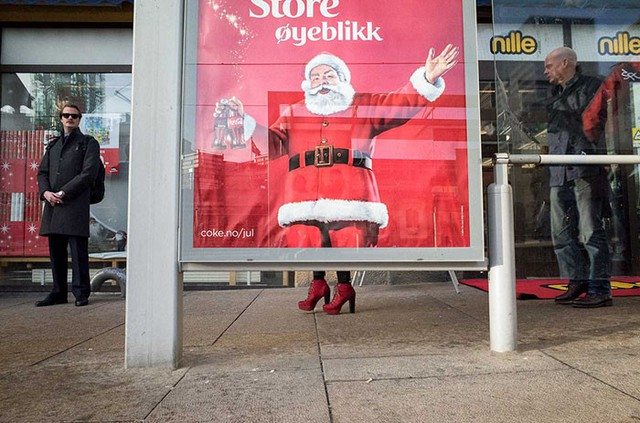 Từ bao giờ ông già Noel vứt ủng và đi giày cao gót vậy?