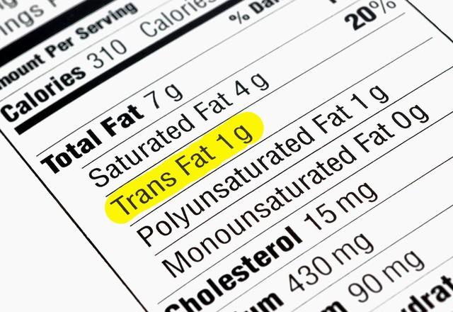 Đọc kỹ bảng thành phần dinh dưỡng đế tránh chất béo đồng phân trans