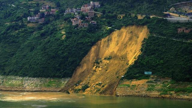 Lở đất ở bờ sông Trường Giang.