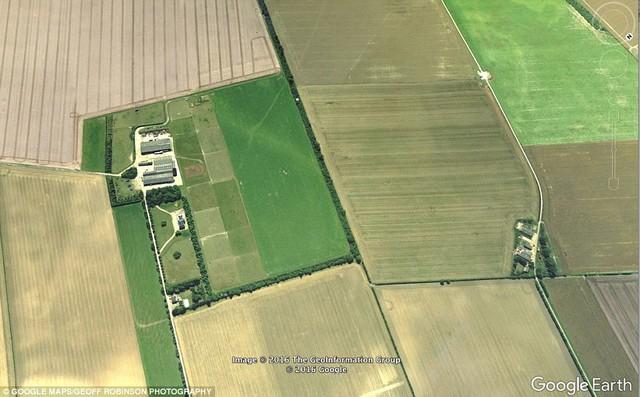 Gói hàng được chuyển từ điểm thử nghiệm drone của Amazon (bên trái) đến nhà khách đặt (khu nhà bên phải), chỉ cách nhau một trang trại.