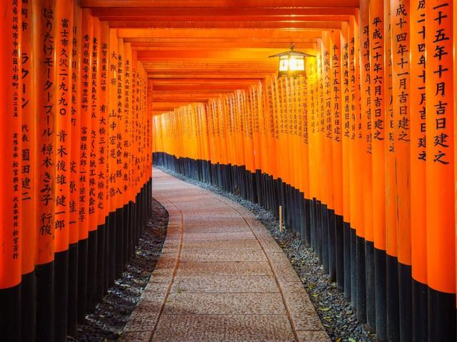 Và khoảng 400 đền thờ Shinto cùng các công trình tín ngưỡng linh thiêng có thể kể đến như Fushimi Inari Taisha.