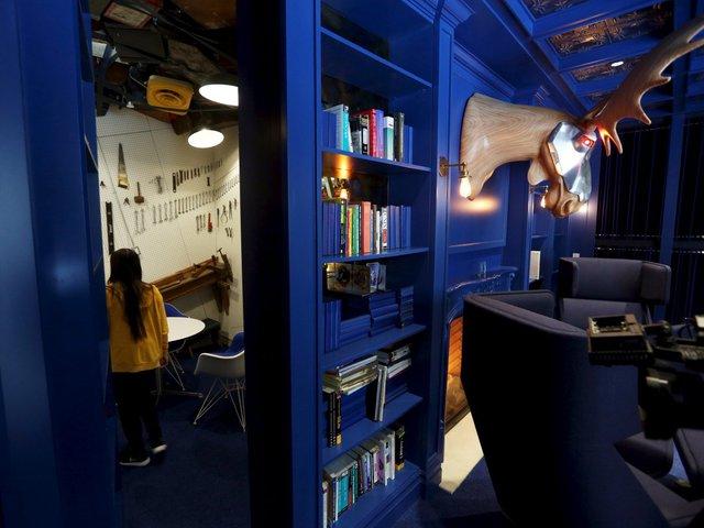 Và điều tuyệt vời nhất đó chính là một căn phòng bí mật nằm ngay sau những kệ sách
