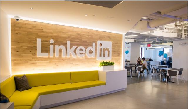 LinkedIn chuyển đến tòa nhà Empite State lần đầu tiên vào năm 2011. Họ được tiếp quản 5 tầng rưỡi của tòa nhà là tầng 22, 23, một nửa tầng 24, tầng 25, 26 và 28. Các kiến trúc sư thiết kế nội thất làm việc ở tầng 24, 26 và 28.