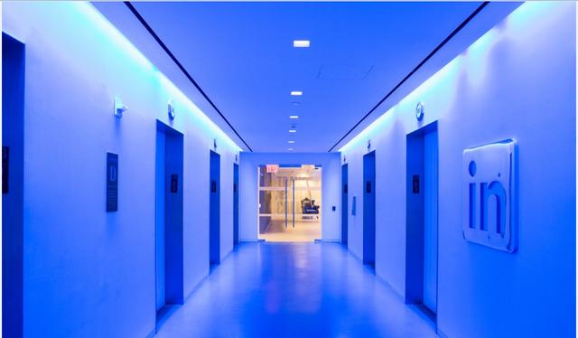 """Khi lên tầng 28 của tòa nhà, bạn sẽ thấy những cánh cửa thang máy mở ra một hành lang trung tâm màu xanh sáng với công nghệ và thiết kế hiện đại. Đây là một trong những địa điểm bắt mắt nhất tại LinkedIn. """"Chúng tôi muốn mọi người cảm thấy giống như là họ đang đến một điểm hẹn"""" – Campofelice cho biết."""