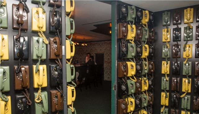 Một trong những nơi tò mò nhất ở LinkedIn là bức tường thần bí được trang hoàng bới 133 chiếc điện thoại có dây. Lựa chọn và treo đúng điện thoại sẽ giúp bạn đi vào căn phòng đằng sau bức tường – nhưng chỉ có nhân viên LinkedIn mới biết được cái nào là chính xác.