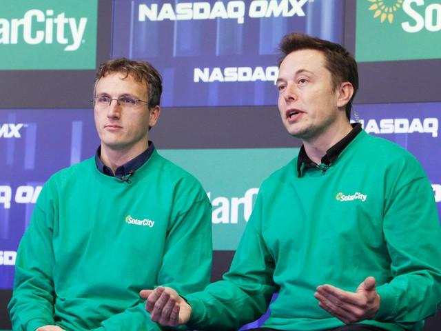 CEO của Tesla là Elon Musk bên cạnh CEO của SolarCity Lyndon Rive