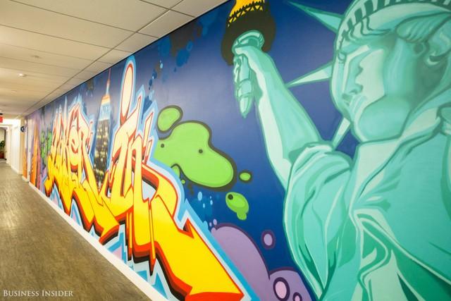 Sau khi rời khỏi thư viện, bạn sẽ đi qua một bức tường đầy màu sắc.