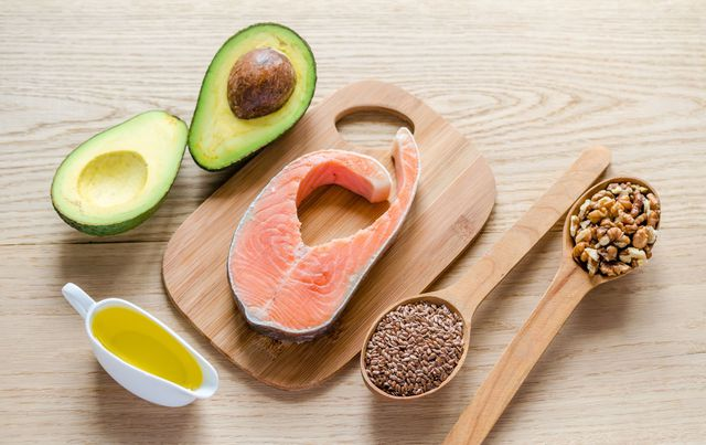 Dầu thực vật, các loại hạt và cá chứa nhiều chất béo tốt