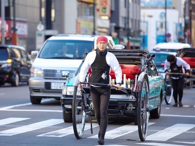 Nếu muốn hòa nhịp vào đám đông, trực tiếp tận hưởng hơi thở sống hiện đại, dồn dập của Tokyo, bạn có thể chọn dịch vụ xe kéo ngao du khắp thành phố.