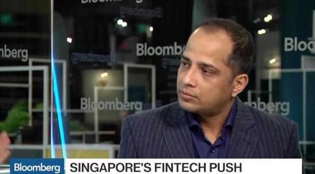 Giám đốc Ravi Menon trả lời phỏng vấn với Bloomberg