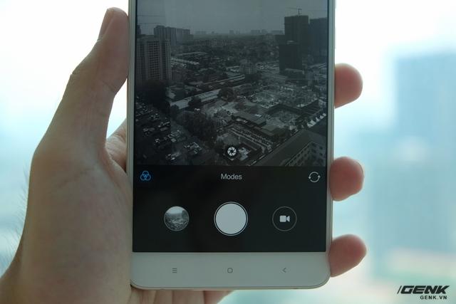 Người dùng cần bật thủ công tính năng Stereo (nút màn trập ở trong viewfinder) để kích hoạt tính năng chụp bằng hai camera
