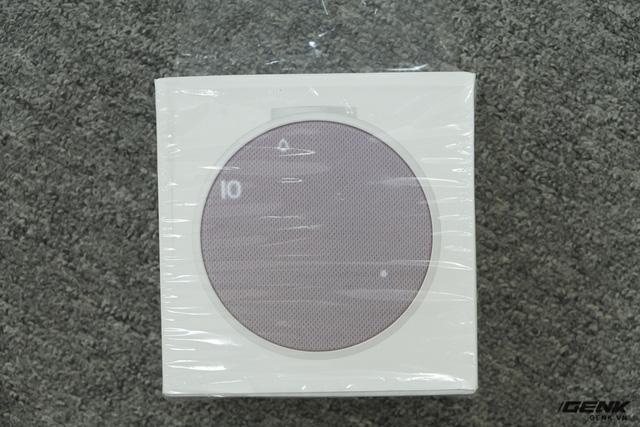 Hộp của Mi Alarm Clock có thiết kế đơn giản, in hình ảnh sản phẩm của mặt trước...