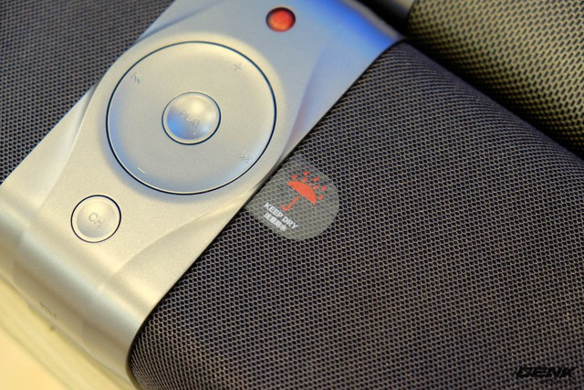 Các nút bấm cứng ngay trên Mi TV Bar.