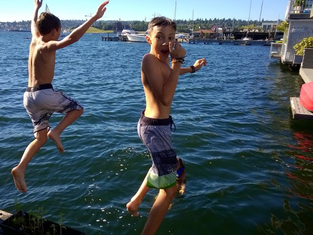 Trong những ngày hè nóng nực, ông cùng 2 cậu con trai kết thúc một buổi chiều bằng cách nhảy xuống hồ Union để bơi.