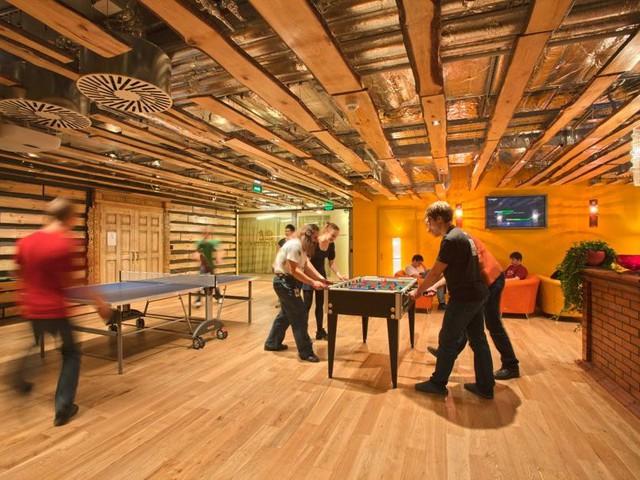 Phòng chơi bóng bàn tại căn phòng gỗ ấm cúng ở Moscow, Nga.