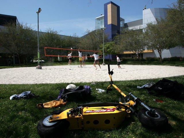 Trở lại với Mountain View, nhân viên ở đây được tự do sử dụng cả một sân cát bóng chuyền bên trong khuôn viên.