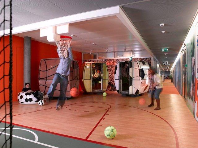 Nhân viên ở đây hoàn toàn có thể chơi bóng đá và bóng rổ ngay trong phòng làm việc.