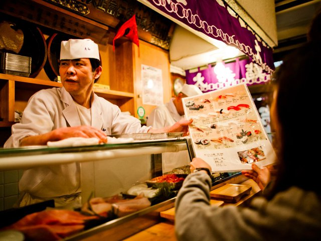 và thưởng thức món sushi tươi sống tại chợ cá Tsukiji