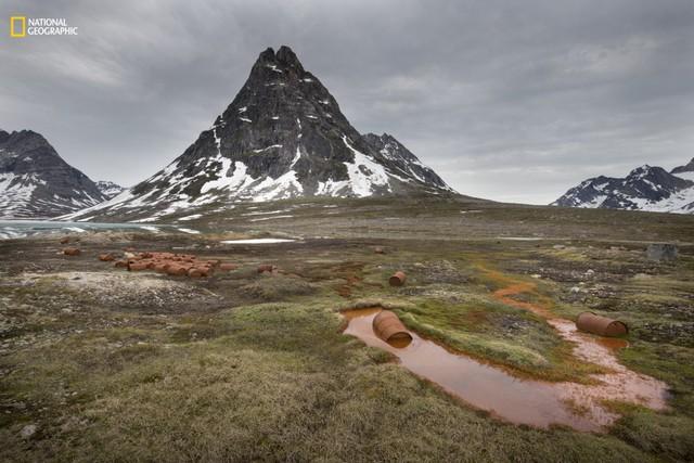 Quang cảnh ở phía Đông Greenland, một căn cứ không quân của Hoa Kỳ từ Thế chiến II. Căn cứ này đã bị bỏ hoang từ năm 1947 và đây là những gì còn lại: xe quân sự, các kết cấu, chất nổ và đạn dược, khoảng 10.000 thùng nhiên liệu. Người dân địa phương gọi đây là những bông hoa rỉ sét của Mỹ.