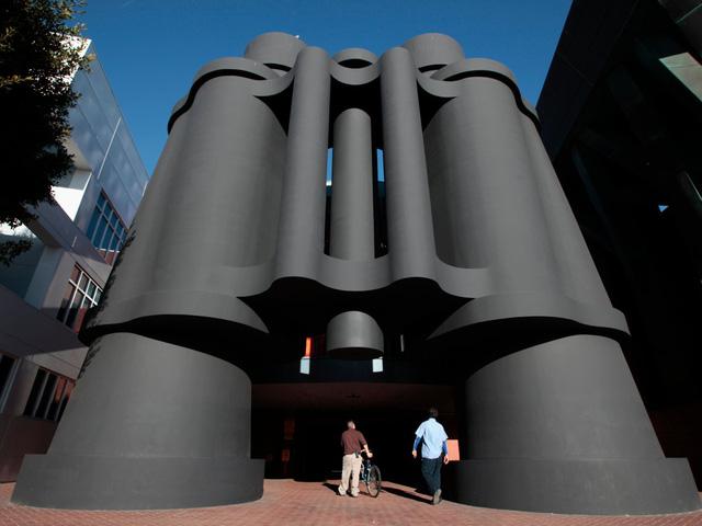Tiếp tục là một nét đặc biệt khác tại Venice: lối đi vào nơi làm việc cũng là một chiếc ống nhòm khổng lồ!
