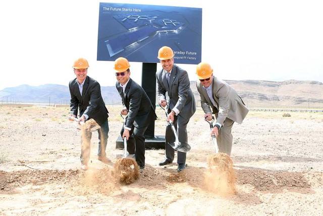 Các quan chức của bang Nevada và LeEco tham gia khởi công nhà máy của Faraday Future.
