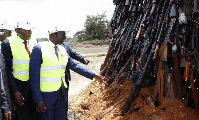 Đây là cách giải quyết súng lậu của Kenya, không tái sử dụng, gom lại thành núi và đem đốt - Ảnh 1.