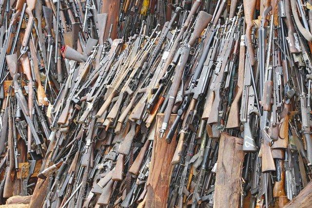 Đây là cách giải quyết súng lậu của Kenya, không tái sử dụng, gom lại thành núi và đem đốt - Ảnh 2.