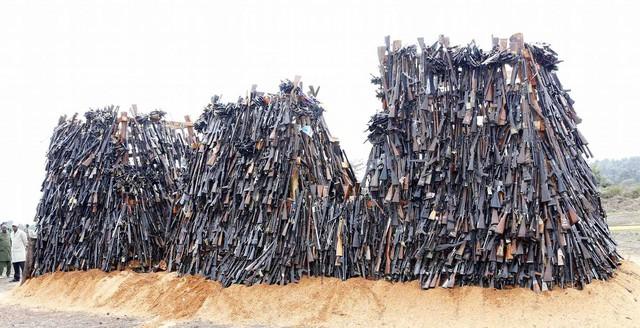 Đây là cách giải quyết súng lậu của Kenya, không tái sử dụng, gom lại thành núi và đem đốt - Ảnh 3.