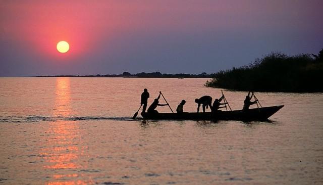 Cá từ hồ nước ngọt vẫn là nguồn sống của nhiều người.