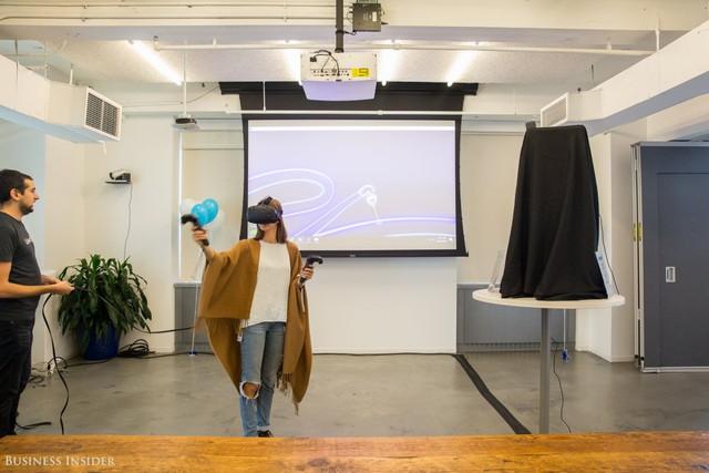 Vào ngày này, LinkedIn thường cung cấp một bộ ống nghe Tilt Brush, cho phép những người sử dụng có thể vẽ vào không gian 3D.