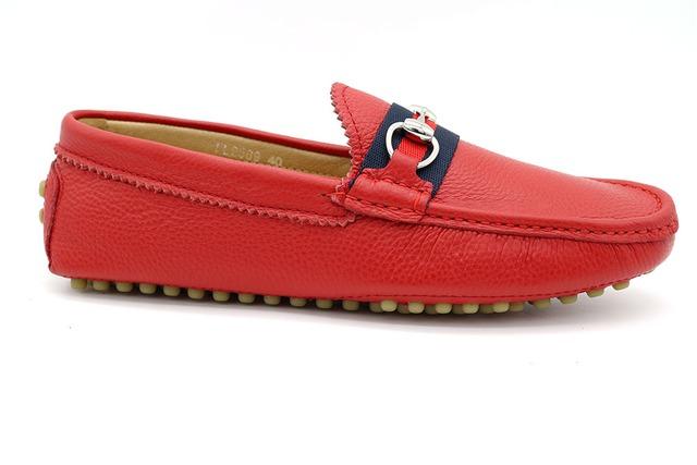 Loafers đỏ thời thượng xuất xứ Quảng Châu đang khiến một bộ phận thanh thiếu niên Việt Nam phát mê