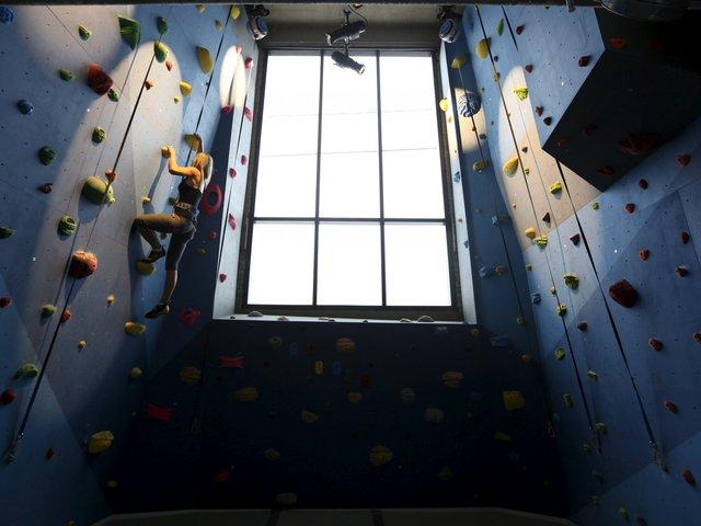 Tiếp đến Ontario, Canada, nơi đây có cả một bức tường dành cho bộ môn thể thao leo núi.