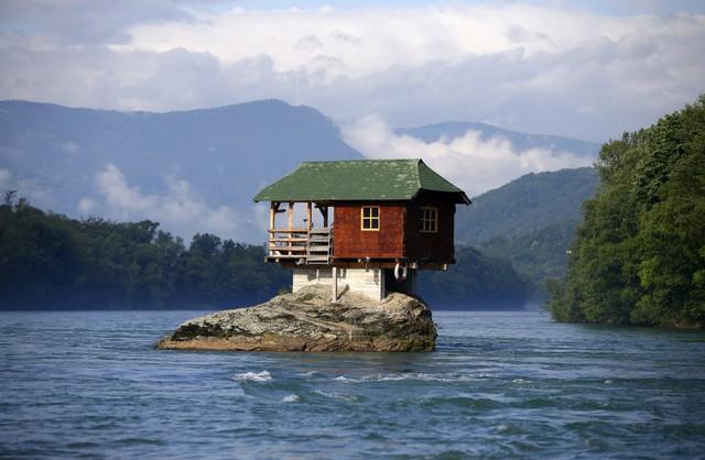 Một số ngôi này được xây trên các địa điểm rất kỳ lạ, như căn nhà nhỏ xây ngay trên tảng đá giữa dòng sông Drina này. Một nhóm thợ xây dựng đã xây nó vào năm 1986 để làm nơi tụ tập vui chơi.