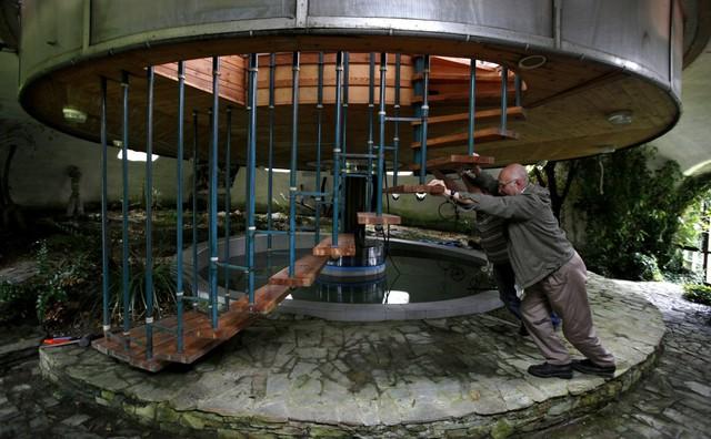 Người thợ xây dựng 73 tuổi Bohumil Lhota đã thiết kế căn nhà này với khả năng xoay và di chuyển lên xuống, để có thể đạt được tầm nhìn vừa ý mình nhất.