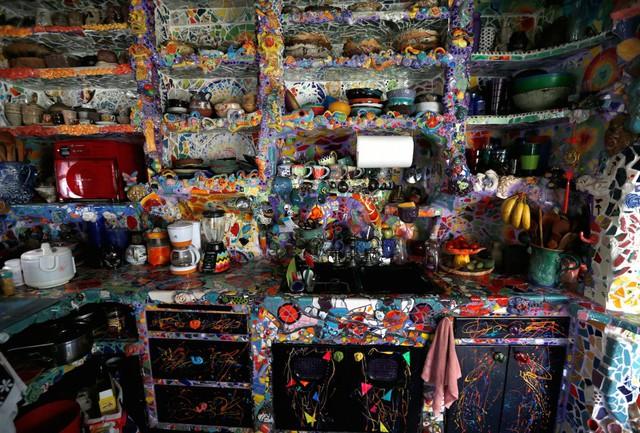 Ngôi nhà có tên là Mosaic Tile House, phần sàn nhà và tường được tạo nên từ hàng ngàn thứ khác nhau mà hai người tự áp lên.