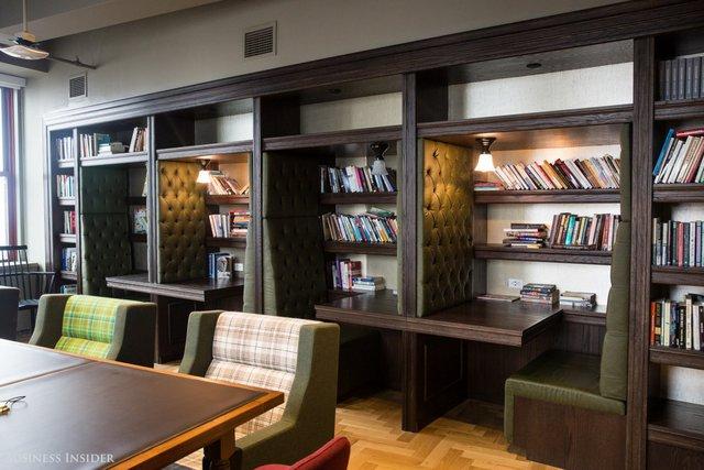 Nếu bạn thực sự muốn một không gian yên tĩnh, bạn có thể đến thư viện. Những giá sách chứa đầy sách được các nhân viên mang từ nhà đến.