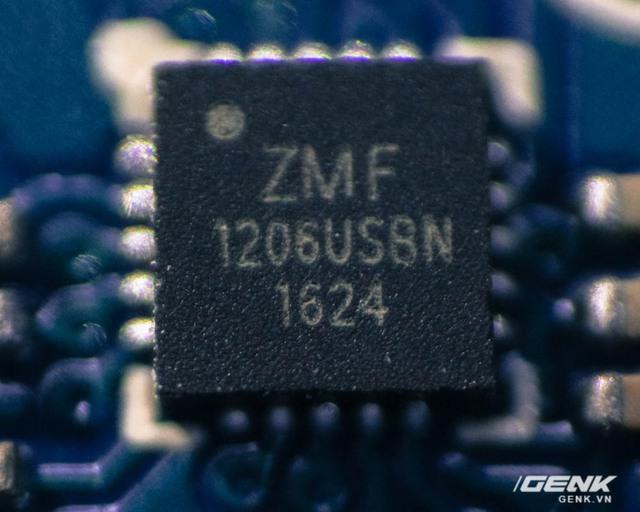Trên cả bo mạch chúng ta chỉ tìm thấy 2 con chip lớn này.
