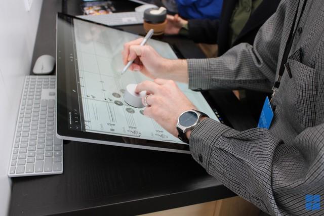 Surface Pen và Surface Dial là hai công cụ mà người dùng Mac đã mong muốn từ lâu, nhưng Apple đã chậm chân trước đối thủ