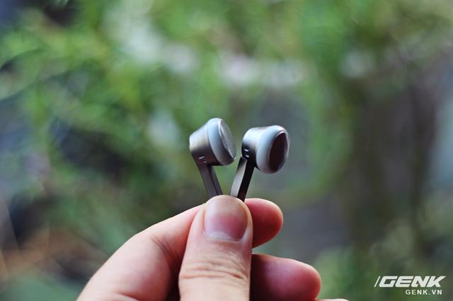 Củ tai có kích thước vừa phải, tuy nhiên sẽ thoải mái hơn nếu bạn đeo RX1 với một cặp đệm tai được tặng kèm
