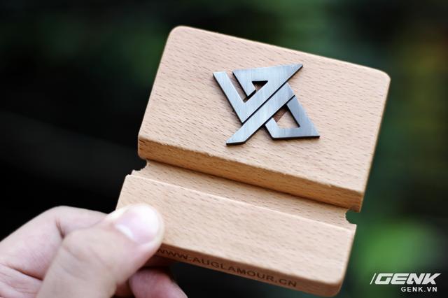 Và một logo Auglamour bằng kim loại khá thú vị, bạn có thể dùng nó để quấn tai nghe cũng được
