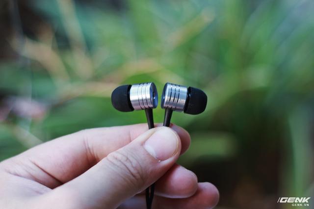 E1003 có trọng lượng khá nhẹ nhàng, chỉ khoảng 15g cho toàn bộ tai nghe