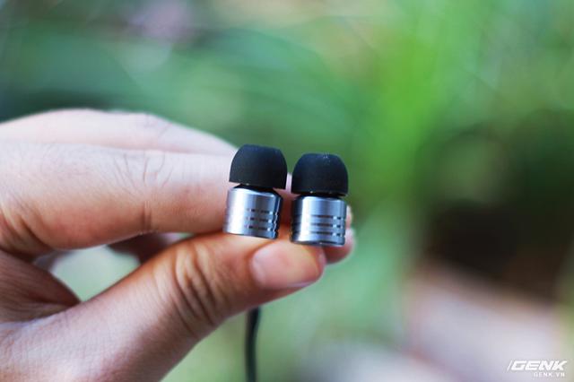Thiết kế 2 bên củ tai trái, phải (L,R) hoàn toàn giống nhau, thực tế thì người dùng đeo bên nào cũng được.