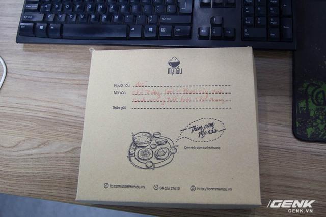 Vỏ hộp làm bằng giấy bìa tái chế, in hình đơn giản với thông tin của người nấu và món ăn đã gọi.