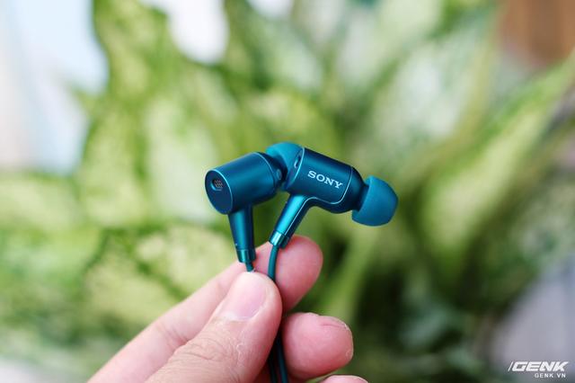 Vỏ ngoài của của tai nghe được làm từ kim loại, vỏ nhám, nhẹ và sang.