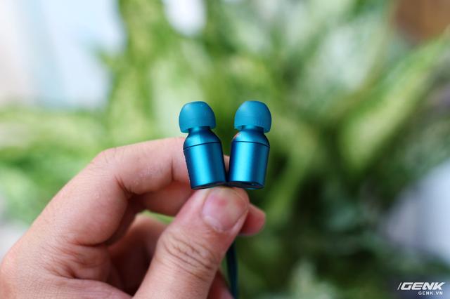 Với kích thước ống dẫn âm nhỏ và nút tai mềm đi kèm, Sony EX750NE đem lại cảm giác khá thoải mái khi sử dụng