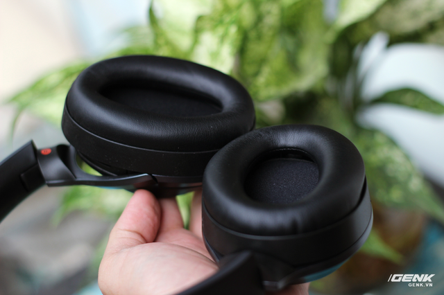 Phần đệm bao quanh loa được thiết kế khá lớn, bao bọc hết tai của người đeo (giúp tăng khả năng chống ồn). Đệm tai được làm từ mút rất mềm, đeo tầm khoảng 3 tiếng vẫn không có cảm giác mỏi vành tai hay bí.