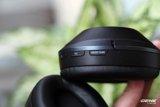 Bật/tắt chế độ Ambient Sound cho phép người dùng nghe những âm thanh xung quanh khi đang nghe nhạc: tiếng thông báo ở sân bay hay tiếng tàu xe đang đến