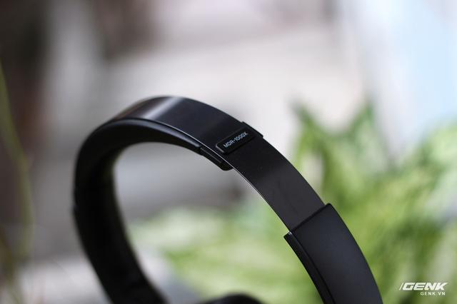 Hệ thống headband và khung gọng trên tai nghe được gia công từ hợp kim nhôm màu đen, đem lại cảm giác thanh mảnh, gọn gàng và nhẹ nhưng vẫn cho độ cứng và độ bền tốt.